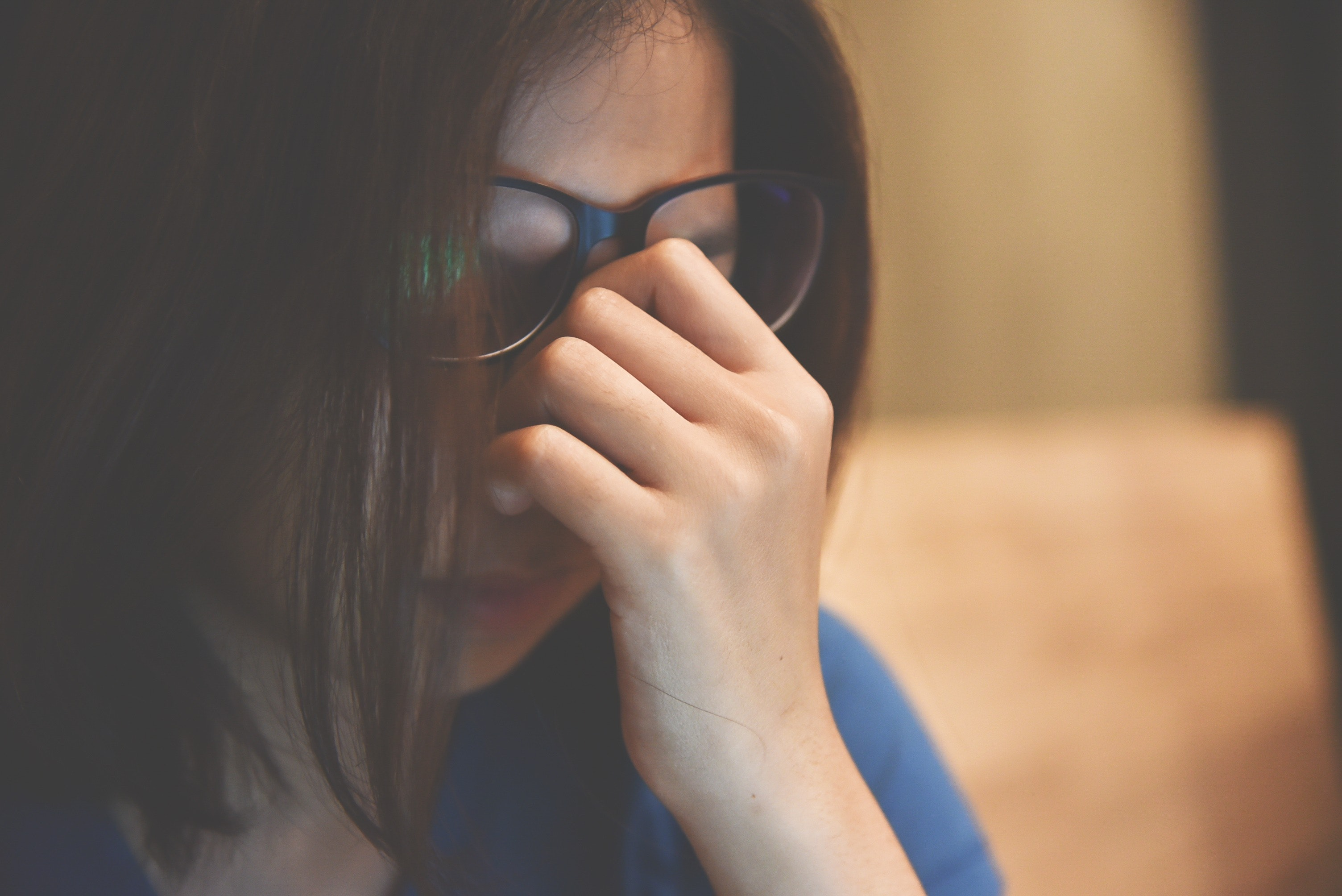 An image depicting a person suffering from difficulty concentrating symptoms