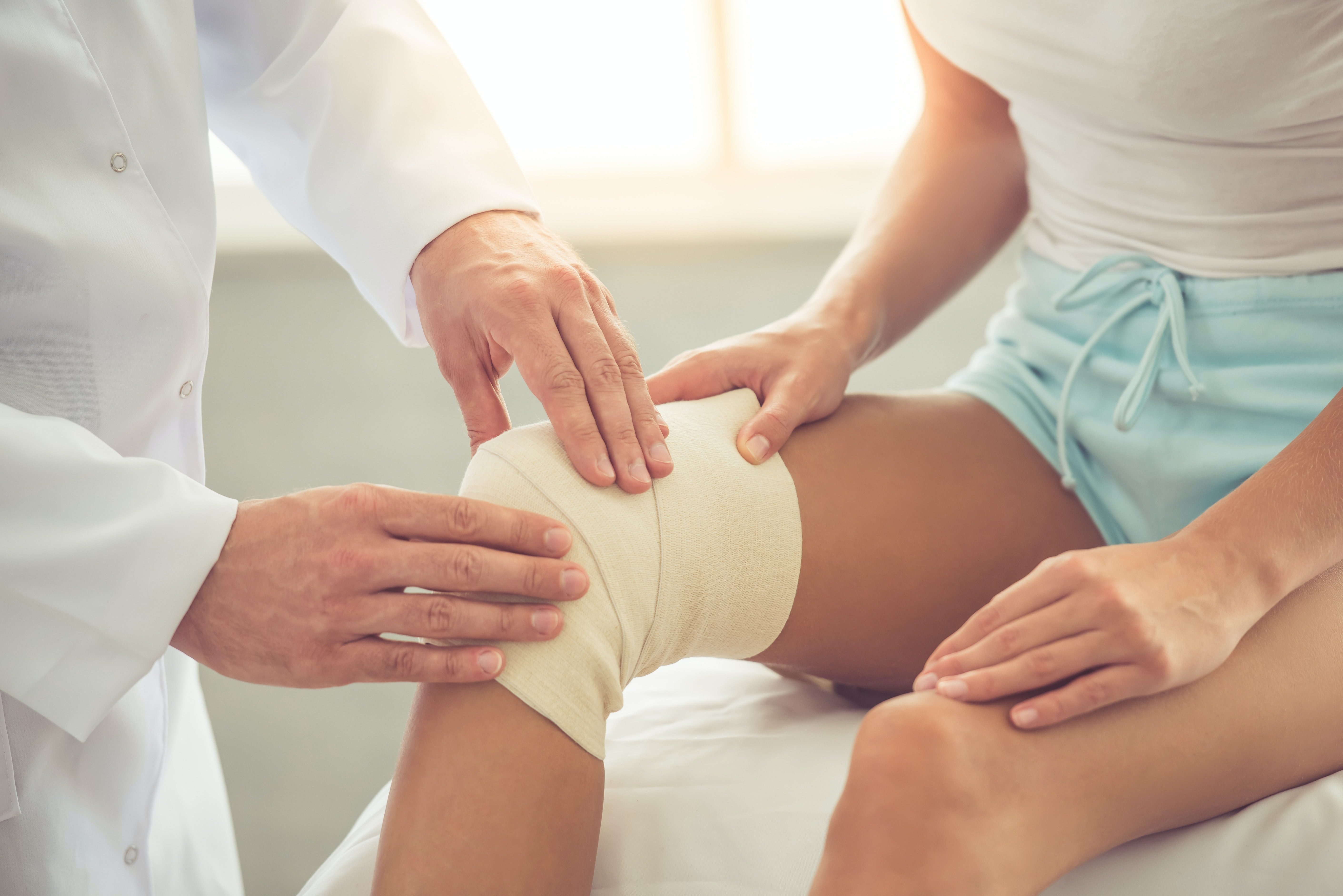 An image depicting a person suffering from Dislocated Kneecap symptoms