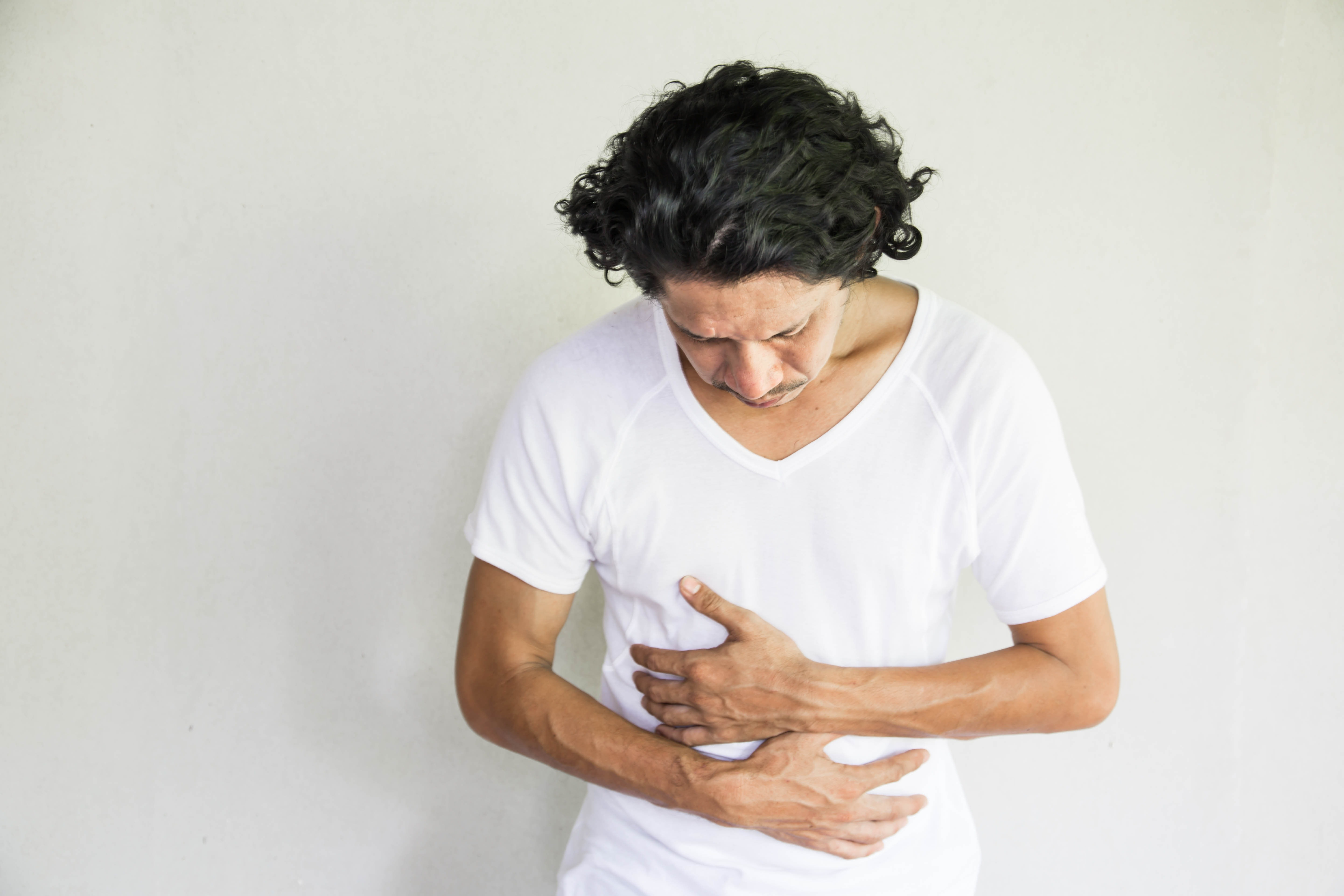 An image depicting a person suffering from gallstones symptoms