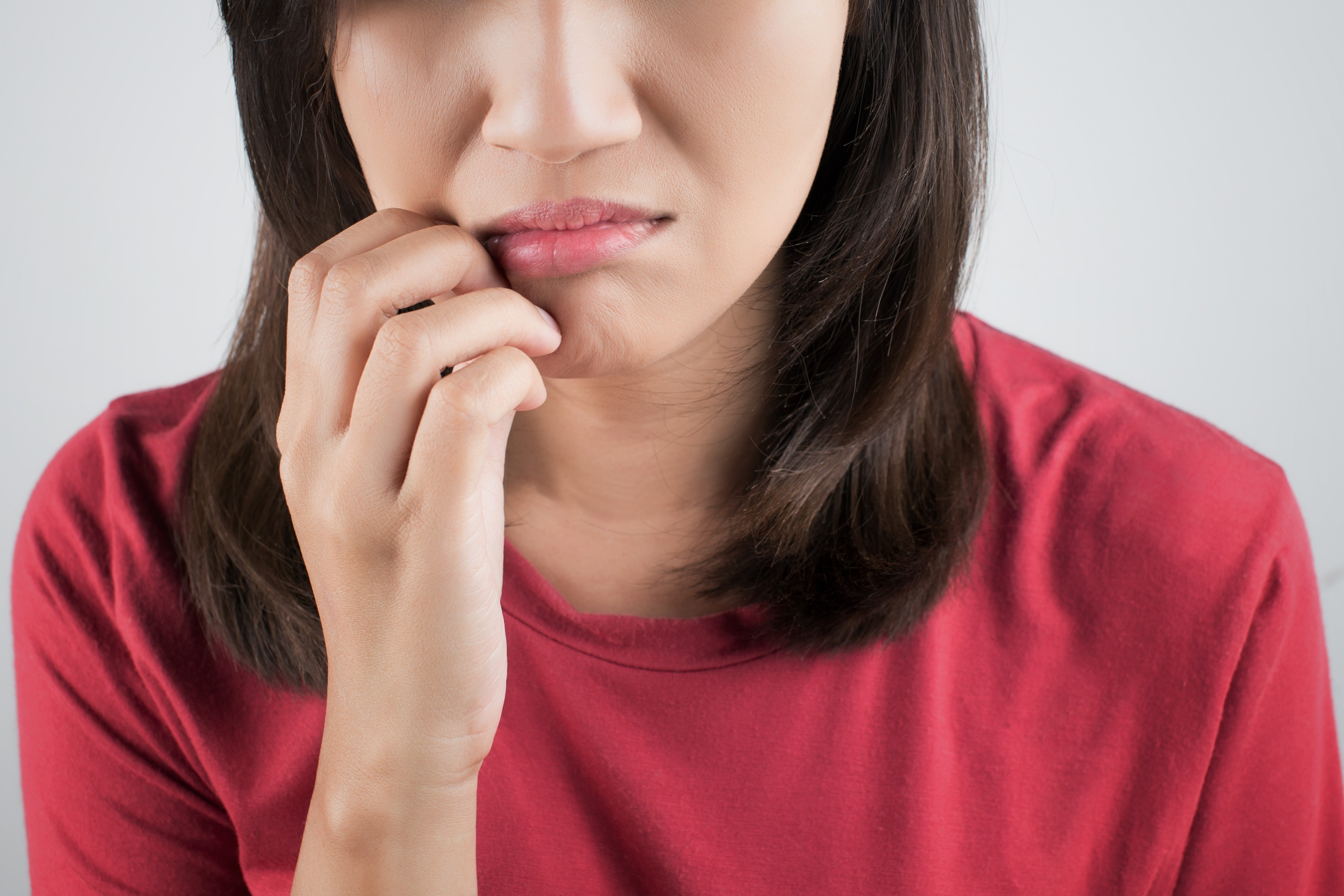 An image depicting a person suffering from itchy mouth symptoms
