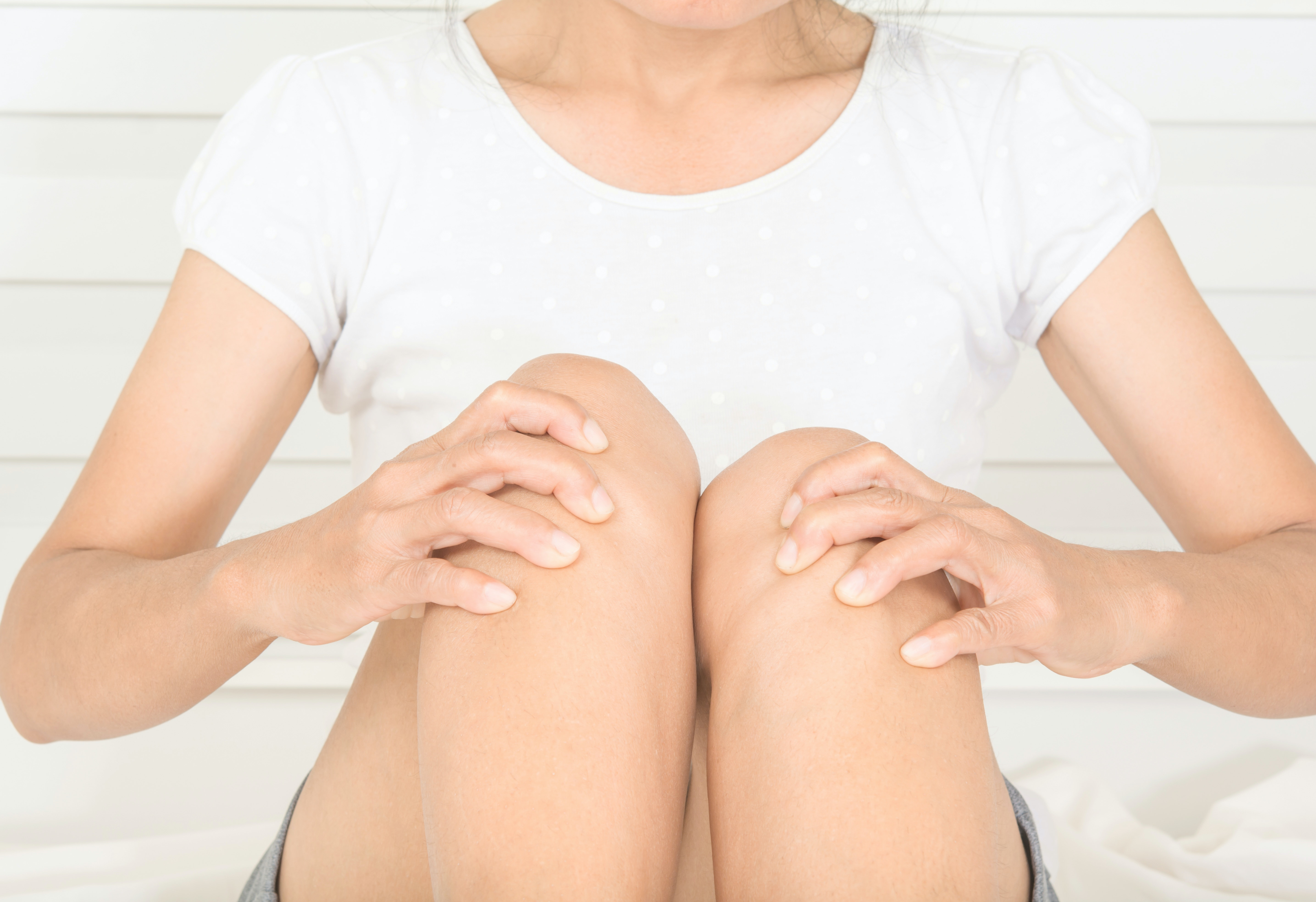 An image depicting a person suffering from knee skin changes symptoms
