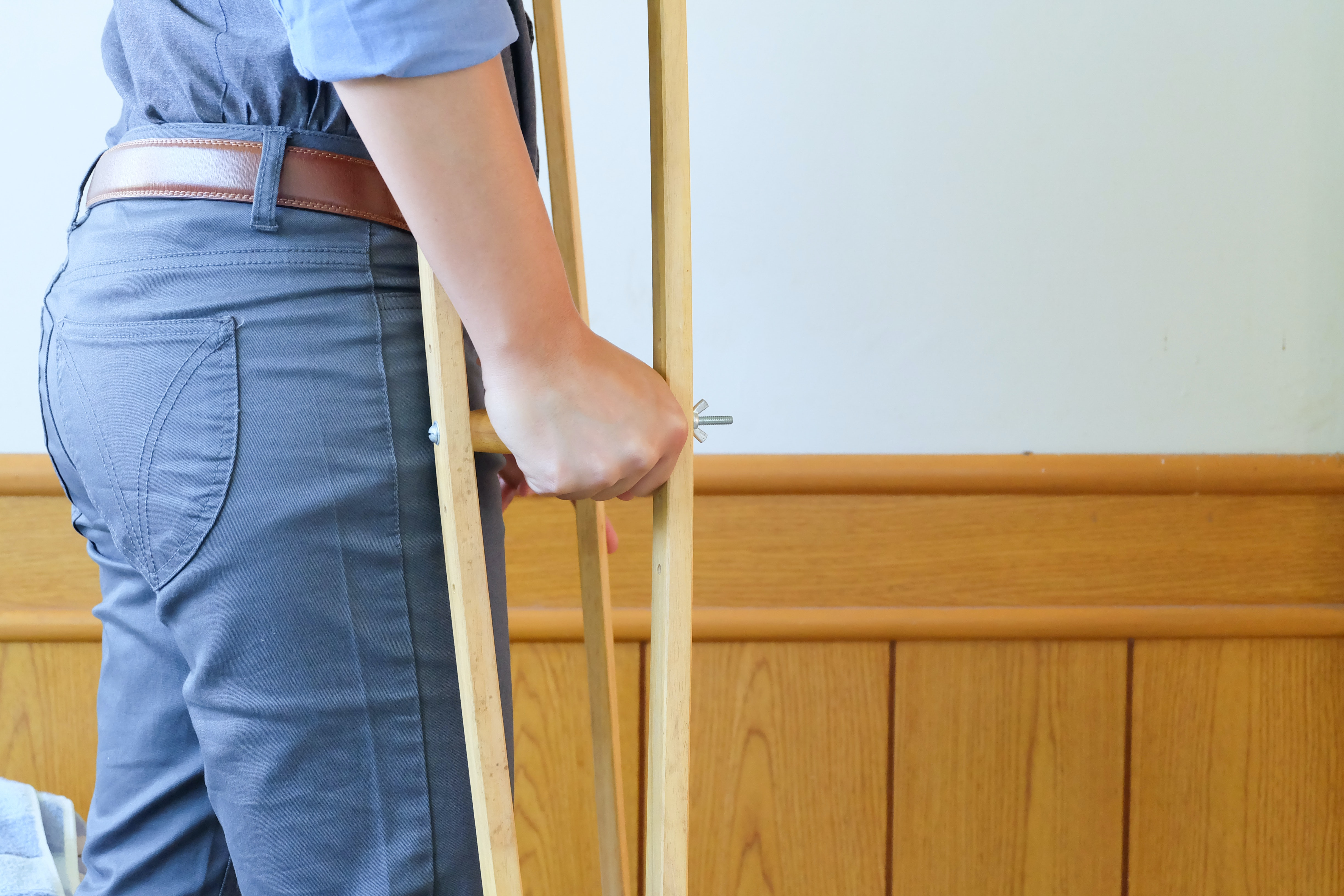 An image depicting a person suffering from limping symptoms
