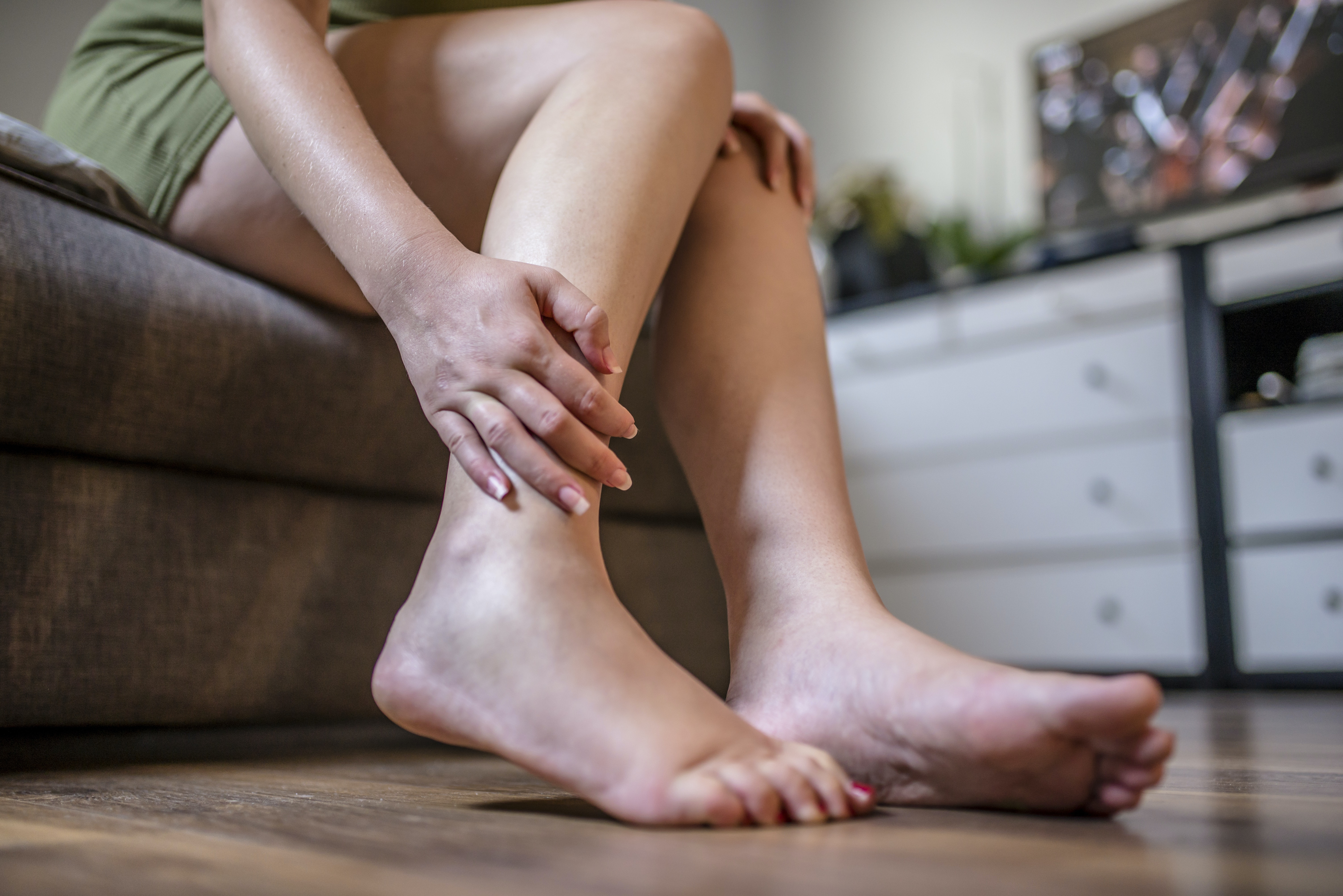 An image depicting a person suffering from moderate shin pain symptoms
