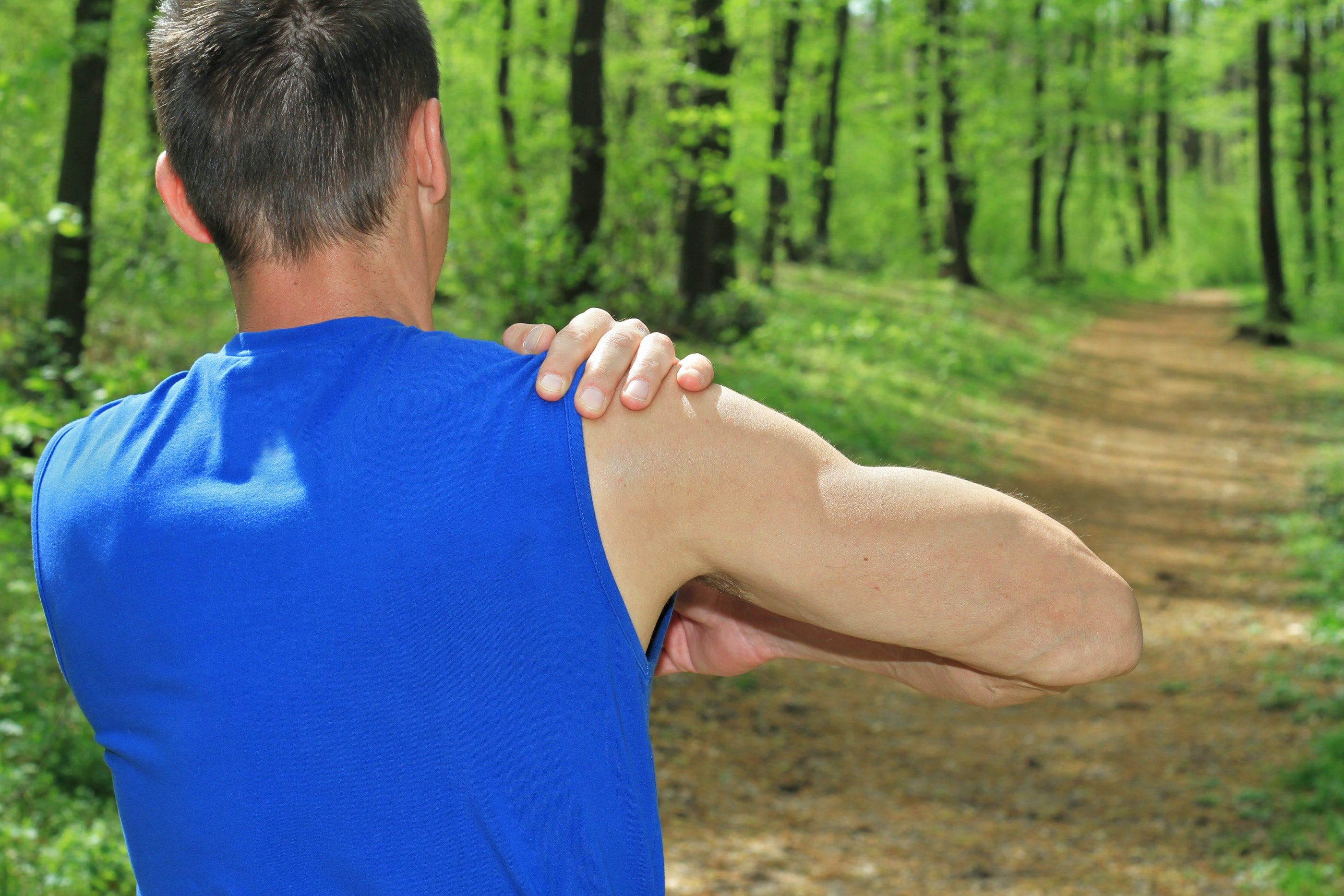 An image depicting a person suffering from right shoulder numbness symptoms