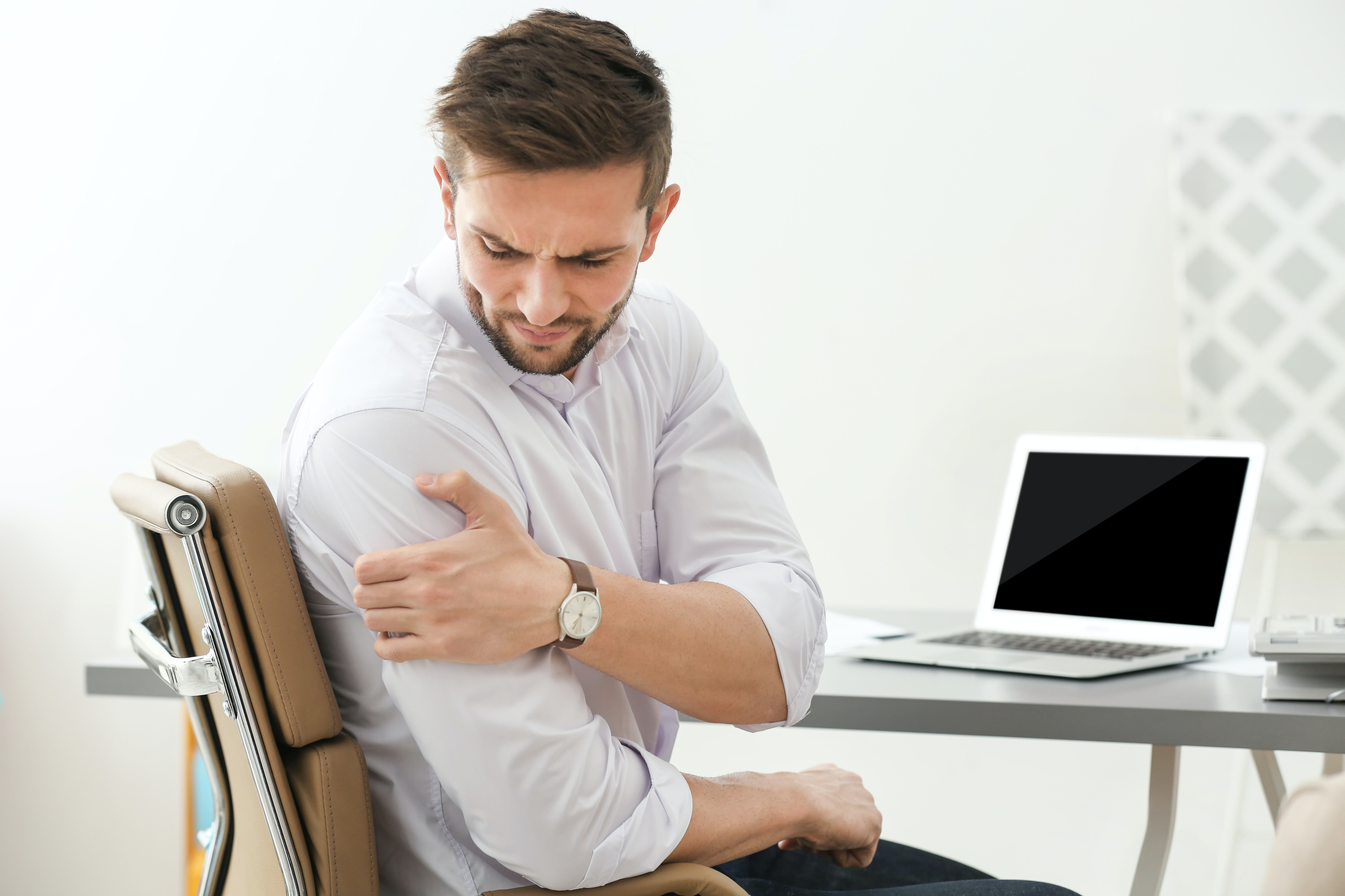 An image depicting a person suffering from shoulder pain that gets worse with movement symptoms