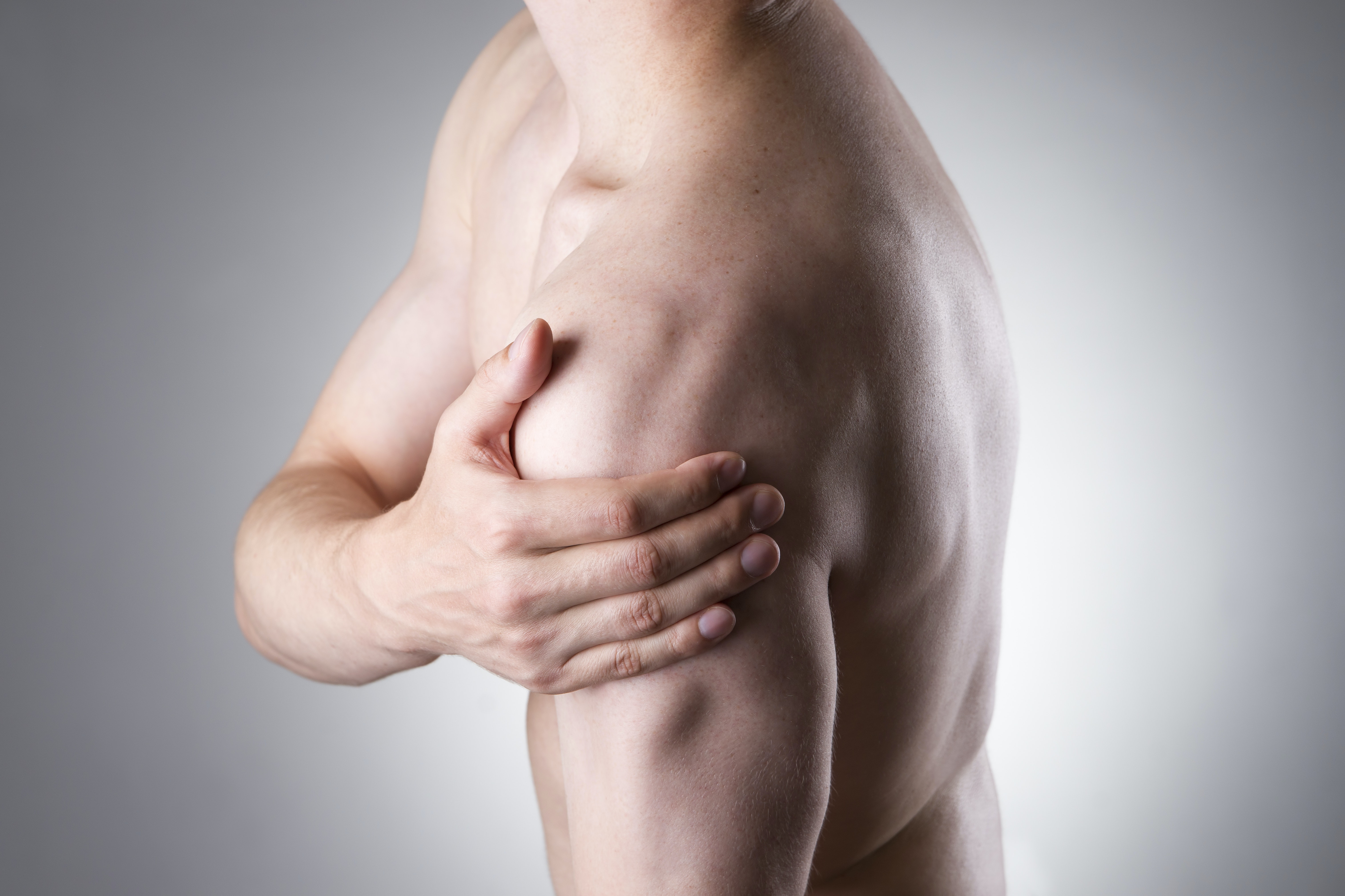 An image depicting a person suffering from shoulder pain that shoots to the arm symptoms