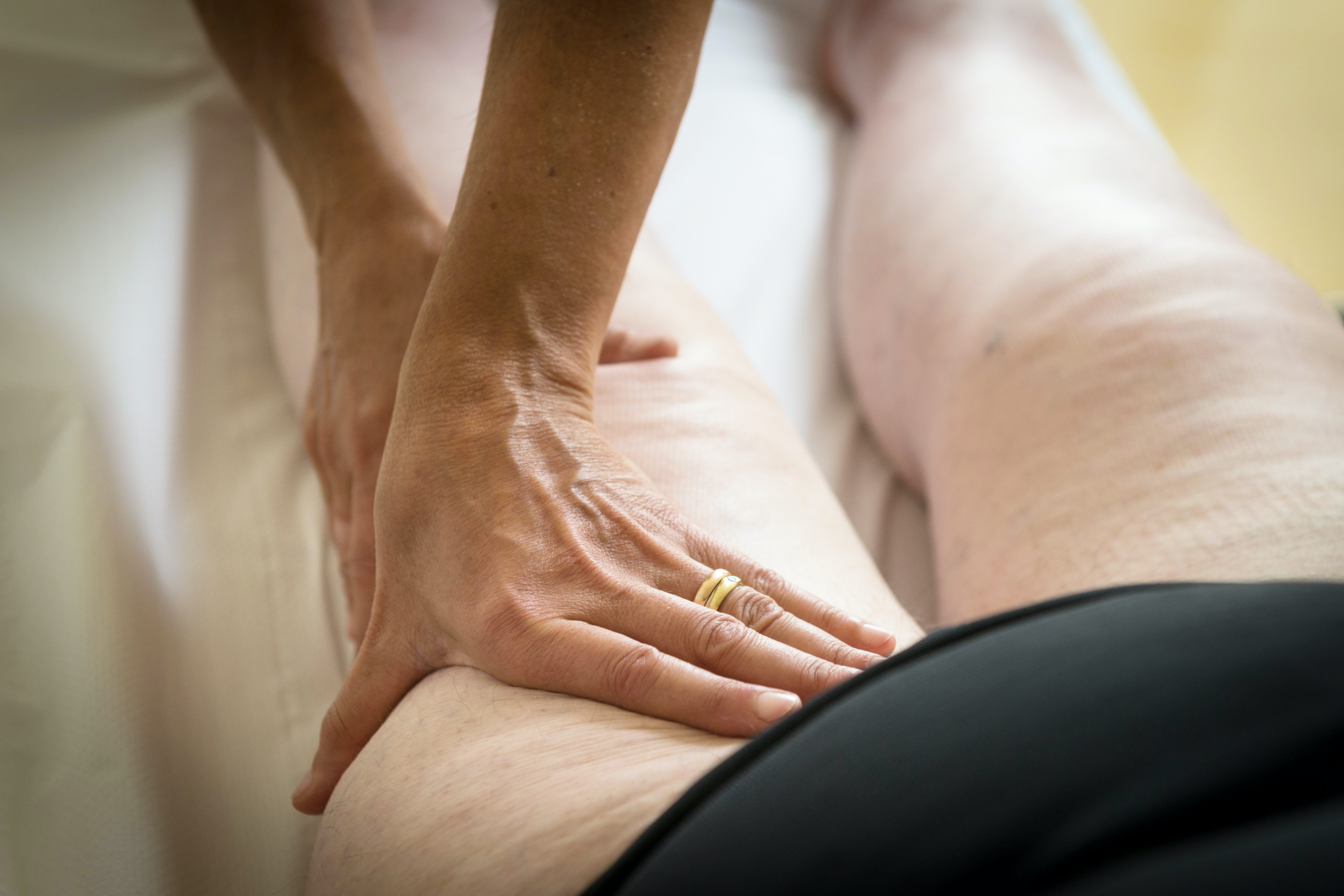 An image depicting a person suffering from swelling of one thigh symptoms