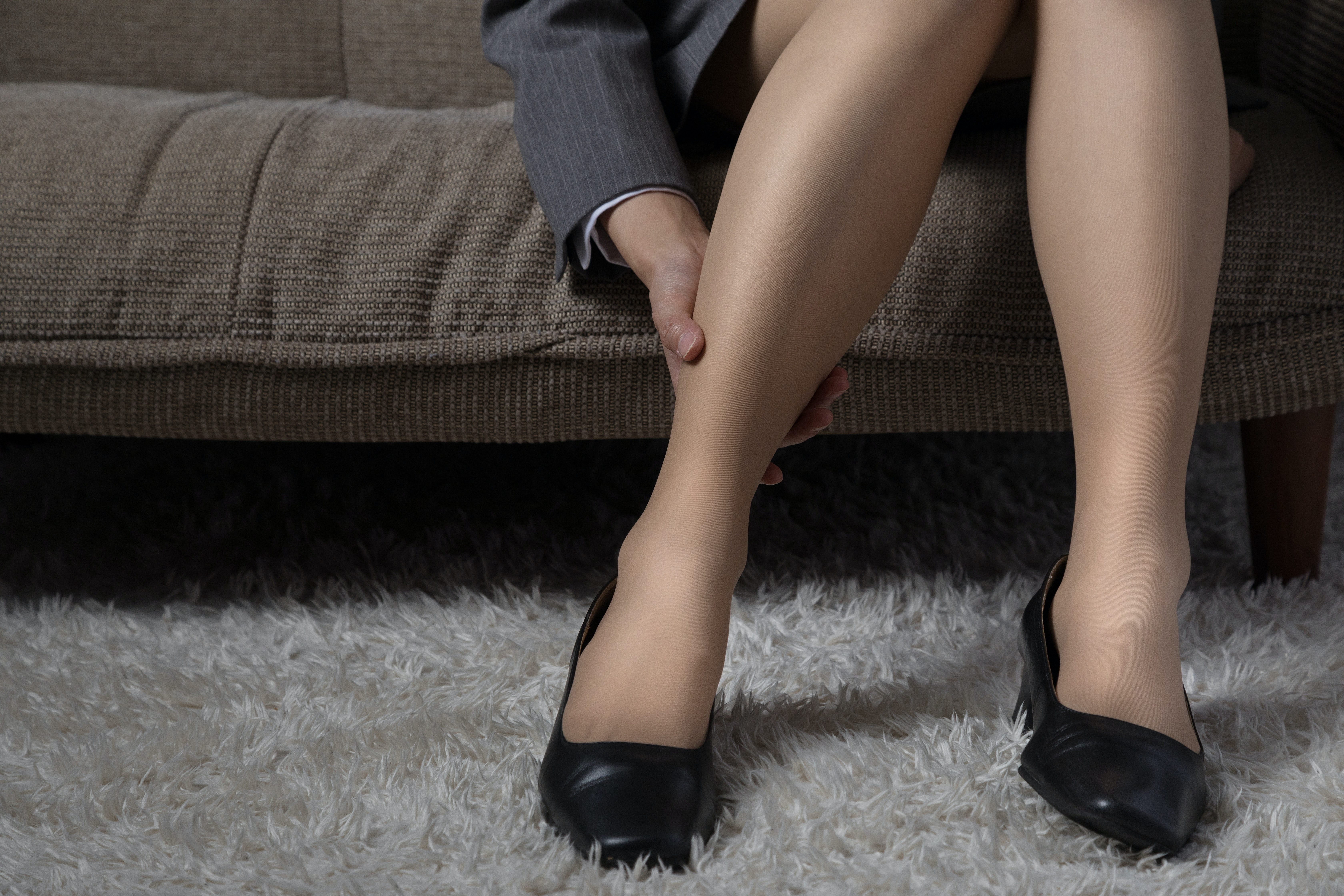 An image depicting a person suffering from swelling on the lower leg symptoms