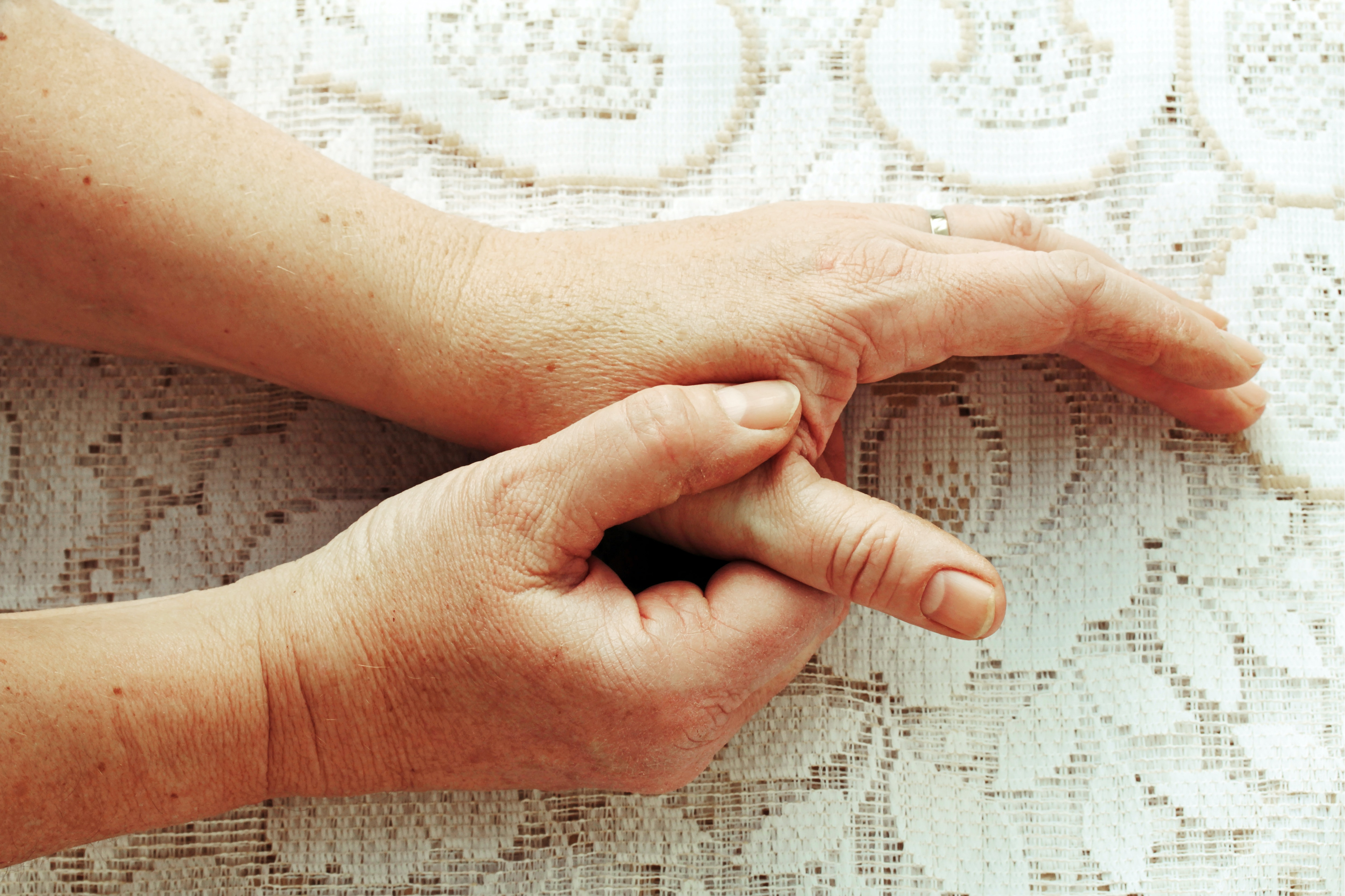 An image depicting a person suffering from thumb pain symptoms
