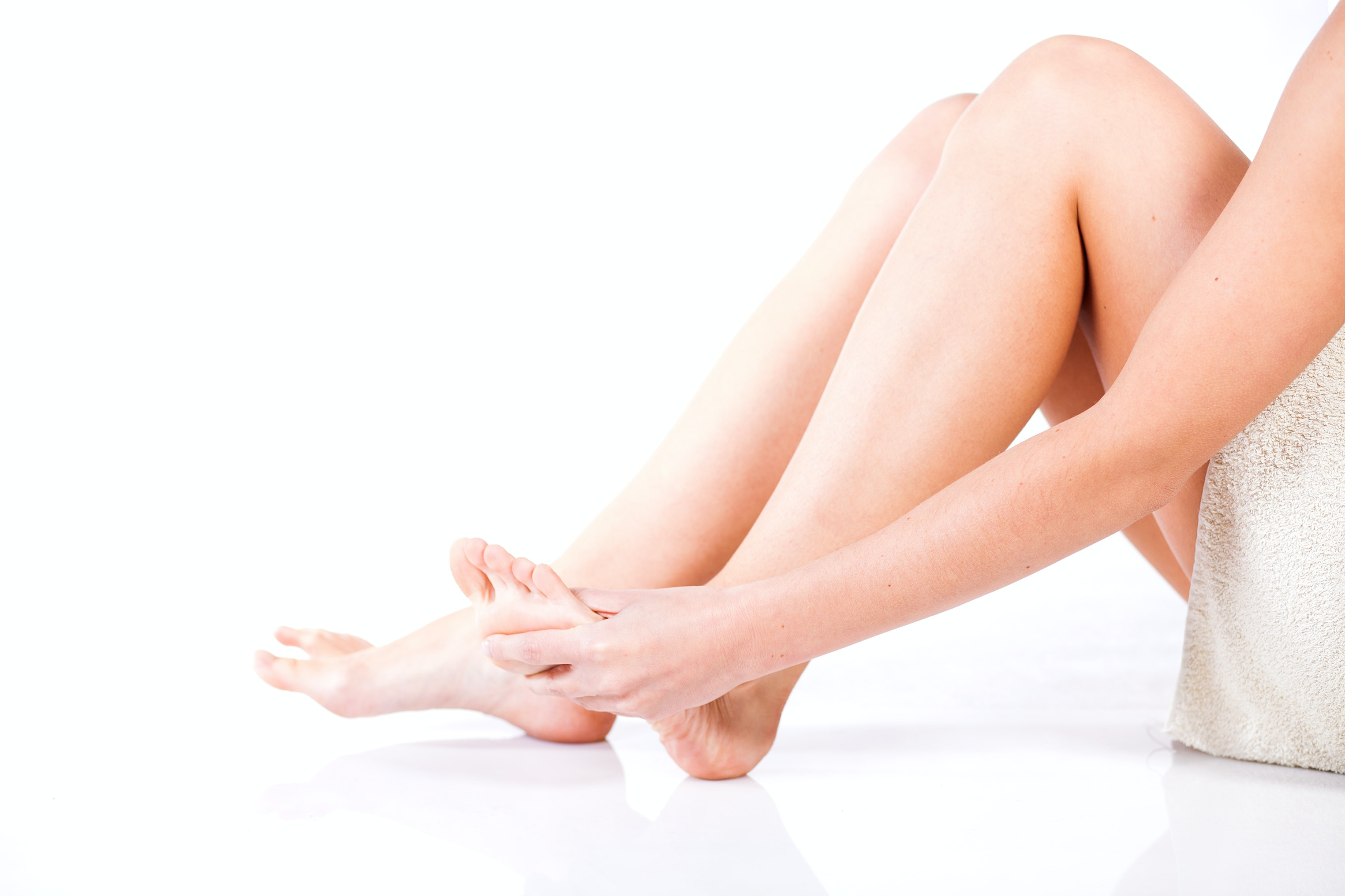 An image depicting a person suffering from toe redness symptoms
